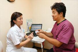 歯科医との真剣な話し合いから、患者様にベストな技工物が生まれる